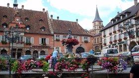 Nearby Town and its square, Barr Place de l'Hôtel de ville (© By Torsade de Pointes (Own work) [Public domain], via Wikimedia Commons)
