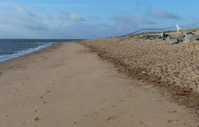 Skegness beach in front of Lagoon Walk  (© © Copyright Mat Fascione (https://www.geograph.org.uk/profile/11776) and licensed for reuse (https://www.geograph.org.uk/reuse.php?id=3800233) under this Creative Commons Licence (https://creativecommons.org/licenses/by-sa/2.0/).)