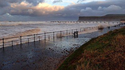 Spring Tide, Saltburn  (© © Copyright Mick Garratt (https://www.geograph.org.uk/profile/343) and licensed for reuse (http://www.geograph.org.uk/reuse.php?id=5252648) under this Creative Commons Licence (https://creativecommons.org/licenses/by-sa/2.0/).)