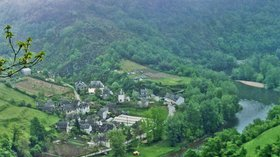 In the region: Le Projet, Aveyron (Lot Valley) (© By Phillip Capper from Wellington, New Zealand (Le Projet, Aveyron (Lot Valley), France, 1993) [CC BY 2.0 (http://creativecommons.org/licenses/by/2.0) or CC BY 2.0 (http://creativecommons.org/licenses/by/2.0)], via Wikimedia Commons (original photo: https://commons.wikimedia.org/wiki/File:Le_Projet,_Aveyron_(Lot_Valley),_France,_1993.jpg))