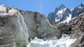Chamonix-Mont-Blanc - Mer de Glace (© By Jean-Pol GRANDMONT (Own work) [CC BY-SA 3.0 (http://creativecommons.org/licenses/by-sa/3.0), GFDL (http://www.gnu.org/copyleft/fdl.html) or CC BY 3.0 (http://creativecommons.org/licenses/by/3.0)], via Wikimedia Commons (GFDL copy: https://en.wikipedia.org/wiki/GNU_Free_Documentation_License, original photo: https://commons.wikimedia.org/wiki/File:01_Chamonix-Mont-Blanc_-_Mer_de_Glace_2.JPG))