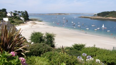 Lovely area in Finistere - Saint-Pabu (© By Louboutinj (Own work) [CC BY-SA 3.0 (http://creativecommons.org/licenses/by-sa/3.0)], via Wikimedia Commons (original photo: https://commons.wikimedia.org/wiki/File:Saint-Pabu._Finist%C3%A8re._L%27Aber_Beno%C3%AEt.jpg))