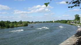 Auxonne ski nautique sur la Saône (© By G CHP (Own work) [CC BY-SA 2.5 (http://creativecommons.org/licenses/by-sa/2.5)], via Wikimedia Commons (original photo: https://commons.wikimedia.org/wiki/File:Auxonne_ski_nautique_sur_la_Sa%C3%B4ne.jpg))
