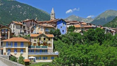 Vue du village de Saint-Martin-Vésubie en venant de la vallée du Var (© By Jpchevreau (Own work) [CC BY-SA 3.0 (http://creativecommons.org/licenses/by-sa/3.0)], via Wikimedia Commons (original photo: https://commons.wikimedia.org/wiki/File:Vue_du_village_de_Saint-Martin-V%C3%A9subie_en_venant_de_la_vall%C3%A9e_du_Var.JPG))