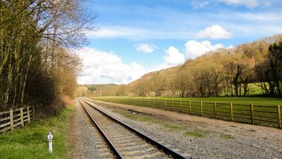 NYMR & Little Park Wood  (© © Copyright Scott Robinson (https://www.geograph.org.uk/profile/5892) and licensed for reuse (http://www.geograph.org.uk/reuse.php?id=4904976) under this Creative Commons Licence (https://creativecommons.org/licenses/by-sa/2.0/).)