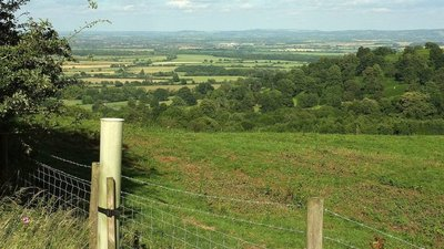 Towards the Vale of Evesham  (© © Copyright Derek Harper (https://www.geograph.org.uk/profile/5089) and licensed for reuse (https://www.geograph.org.uk/reuse.php?id=5456487) under this Creative Commons Licence (https://creativecommons.org/licenses/by-sa/2.0/).)