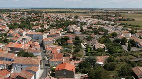 Panorama Marennes (© By D4m1en (Own work) [CC BY-SA 3.0 (http://creativecommons.org/licenses/by-sa/3.0) or GFDL (http://www.gnu.org/copyleft/fdl.html)], via Wikimedia Commons (GFDL copy: https://en.wikipedia.org/wiki/GNU_Free_Documentation_License, original photo: https://commons.wikimedia.org/wiki/File:Panorama_Marennes_1.jpg))