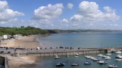 Saundersfoot (© Jeremy Owen [CC BY-SA 2.0 (http://creativecommons.org/licenses/by-sa/2.0)], via Wikimedia Commons (original photo: https://commons.wikimedia.org/wiki/File:Saundersfoot_-_geograph.org.uk_-_243956.jpg))