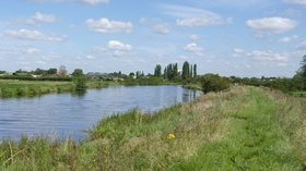 River Trent between Farndon and Newark  (© © Copyright Alan Murray-Rust (https://www.geograph.org.uk/profile/9181) and licensed for reuse (https://www.geograph.org.uk/reuse.php?id=3112328) under this Creative Commons Licence (https://creativecommons.org/licenses/by-sa/2.0/).)