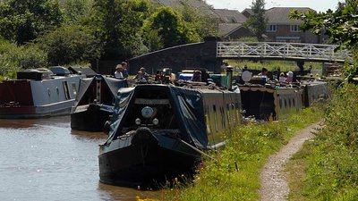 Middlewich - Narrowboats (© Salinae at the English language Wikipedia [GFDL (http://www.gnu.org/copyleft/fdl.html) or CC-BY-SA-3.0 (http://creativecommons.org/licenses/by-sa/3.0/)], via Wikimedia Commons (GFDL copy: https://en.wikipedia.org/wiki/GNU_Free_Documentation_License, original photo: https://commons.wikimedia.org/wiki/File:Middlewich_-Narrowboats.jpg))