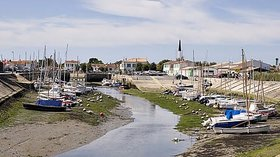 Port Ars en Re (© By Pep.per at fr.wikipedia [CC BY-SA 1.0 (http://creativecommons.org/licenses/by-sa/1.0)], via Wikimedia Commons (original photo: https://commons.wikimedia.org/wiki/File:Port_Ars_en_Re.jpg))