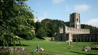 Fountains Abbey, Ripon (© By jono2k5 (Flickr) [CC BY 2.0 (http://creativecommons.org/licenses/by/2.0)], via Wikimedia Commons (original photo: https://commons.wikimedia.org/wiki/File:Fountains_Abbey,_Ripon.jpg))
