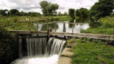 Driffield Canal at Wansford (© Andy Beecroft [CC BY-SA 2.0 (https://creativecommons.org/licenses/by-sa/2.0)], via Wikimedia Commons (original photo: https://commons.wikimedia.org/wiki/File:Driffield_Canal_at_Wansford.jpg))