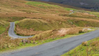 Yorkshire Dales country road Swaledale, Askrigg (© By Kreuzschnabel [CC BY-SA 3.0 (https://creativecommons.org/licenses/by-sa/3.0), GFDL (http://www.gnu.org/copyleft/fdl.html) or FAL], from Wikimedia Commons (GFDL copy: https://en.wikipedia.org/wiki/GNU_Free_Documentation_License, original photo: https://commons.wikimedia.org/wiki/File:2014_Yorkshire_Dales_country_road_Swaledale_Askrigg.jpg))