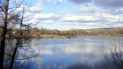 Fendrod Lake, Llansamlet, Swansea  (© © Copyright David Lewis (https://www.geograph.org.uk/profile/2455) and licensed for reuse (http://www.geograph.org.uk/reuse.php?id=1730706) under this Creative Commons Licence (https://creativecommons.org/licenses/by-sa/2.0/).)