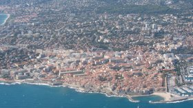 Aerial view of Antibes (© By Olivier Cleynen (Own work) [CC BY-SA 4.0 (http://creativecommons.org/licenses/by-sa/4.0)], via Wikimedia Commons (original photo: https://commons.wikimedia.org/wiki/File:Aerial_view_of_Antibes_in_2012_(2).jpg))
