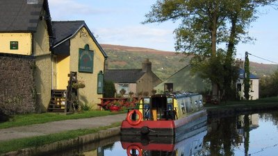 Monmouthshire and Brecon Canal, Baylis Bridge, Bridgend Inn, Gilwern (© Pip Rolls [CC BY-SA 2.0 (https://creativecommons.org/licenses/by-sa/2.0)], via Wikimedia Commons (original photo: https://commons.wikimedia.org/wiki/File:Monmouthshire_and_Brecon_Canal,_Baylis_Bridge,_Bridgend_Inn,_Gilwern_-_geograph.org.uk_-_49781.jpg))