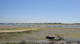Langstone Harbour at Southsea during low tide (© Editor5807 [GFDL (http://www.gnu.org/copyleft/fdl.html) or CC BY 3.0 (https://creativecommons.org/licenses/by/3.0)], from Wikimedia Commons (GFDL copy: https://en.wikipedia.org/wiki/GNU_Free_Documentation_License, original photo: https://commons.wikimedia.org/wiki/File:Langstone_Harbour_at_Southsea_during_low_tide_2.JPG))