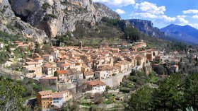 Moustiers Sainte Marie (© By User:Nepomuk (also on fr:Utilisateur:Nepomuk) (see below) [Public domain], via Wikimedia Commons)