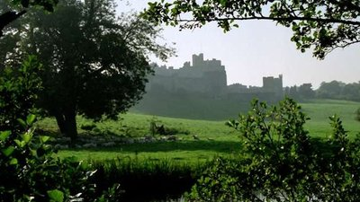 Alnwick Castle from across the River Aln  (© © Copyright Martin Tester (https://www.geograph.org.uk/profile/66761) and licensed for reuse (https://www.geograph.org.uk/reuse.php?id=5714477) under this Creative Commons Licence (https://creativecommons.org/licenses/by-sa/2.0/).)