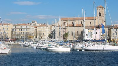 La Ciotat - eglise et port (© By Ludovic Ruat civodule (fr.wikipedia.org civodule) [GFDL (http://www.gnu.org/copyleft/fdl.html) or CC-BY-SA-3.0 (http://creativecommons.org/licenses/by-sa/3.0/)], via Wikimedia Commons (GFDL copy: https://en.wikipedia.org/wiki/GNU_Free_Documentation_License, original photo: https://commons.wikimedia.org/wiki/File:La_Ciotat_-_eglise_et_port.JPG))
