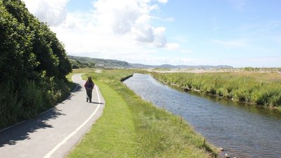 Path and River at Llanddulas  (© © Copyright Jeff Buck (https://www.geograph.org.uk/profile/12987) and licensed for reuse (https://www.geograph.org.uk/reuse.php?id=5033779) under this Creative Commons Licence (https://creativecommons.org/licenses/by-sa/2.0/).)