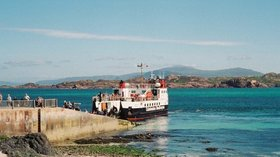 Iona to Fionnphort Ferry near the caravan site (© Ken Crosby [CC BY-SA 2.0 (https://creativecommons.org/licenses/by-sa/2.0)], via Wikimedia Commons (original photo: https://commons.wikimedia.org/wiki/File:Iona_to_Fionnphort_Ferry_-_geograph.org.uk_-_134179.jpg))