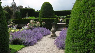 Chirk Castle garden (© By Ben Rudiak-Gould (Own work) [Public domain], via Wikimedia Commons)