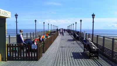 Skegness Pier Deck (© By MOTORAL1987 (Own work) [CC BY-SA 3.0 (https://creativecommons.org/licenses/by-sa/3.0)], via Wikimedia Commons (original photo: https://commons.wikimedia.org/wiki/File:Skegness_Pier_Deck.jpg))