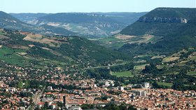 Millau, vue générale (© By Castanet (Own work) [GFDL (http://www.gnu.org/copyleft/fdl.html) or CC BY-SA 3.0 (http://creativecommons.org/licenses/by-sa/3.0)], via Wikimedia Commons (GFDL copy https://en.wikipedia.org/wiki/GNU_Free_Documentation_License, original photo: https://commons.wikimedia.org/wiki/File:MILLAU_,vue_g%C3%A9n%C3%A9rale.jpg))