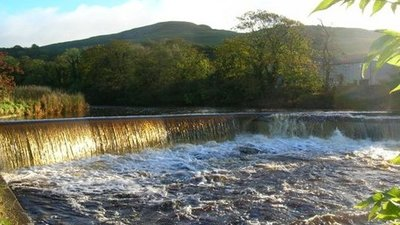 Settle Weir  (© © Copyright William Bartlett (https://www.geograph.org.uk/profile/7119) and licensed for reuse (http://www.geograph.org.uk/reuse.php?id=270557) under this Creative Commons Licence (https://creativecommons.org/licenses/by-sa/2.0/).)