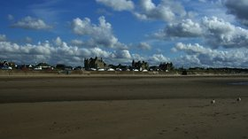 Living On The Beach - Ayr close to the caravan park (© Alexander Reuss [CC BY 3.0 (http://creativecommons.org/licenses/by/3.0)], via Wikimedia Commons (original photo: https://commons.wikimedia.org/wiki/File:Living_On_The_Beach_-_panoramio.jpg))
