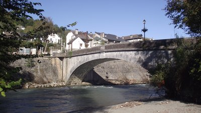 In the region: Pont de Saint-Pé-de-Bigorre (Hautes-Pyrénées) (© By Florent Pécassou (Own work) [CC BY-SA 3.0 (http://creativecommons.org/licenses/by-sa/3.0)], via Wikimedia Commons (original photo: https://commons.wikimedia.org/wiki/File:Pont_de_Saint-P%C3%A9-de-Bigorre_(Hautes-Pyr%C3%A9n%C3%A9es,_France).JPG))