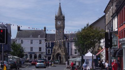 Machynlleth - Powys (© By Peter Broster [CC BY 2.0 (http://creativecommons.org/licenses/by/2.0)], via Wikimedia Commons (original photo: https://commons.wikimedia.org/wiki/File:Machynlleth_-_Powys.jpg))