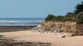 In the region: Beach Sainte-Marie-de-Ré, Charente-Maritime (© By Jebulon (Own work) [CC0], via Wikimedia Commons)