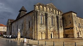 Church in Le Buisson-de-Cadouin (© By Thesupermat (Own work) [CC BY-SA 3.0 (http://creativecommons.org/licenses/by-sa/3.0)], via Wikimedia Commons (original photo: https://commons.wikimedia.org/wiki/File:Le_Buisson-de-Cadouin_-_Abbaye_de_Cadouin_-_L%27%C3%A9glise_abbatiale_-_PA00082415_-_016.jpg))