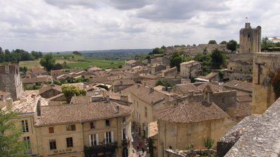 In Gironde region - Saint Émilion (© Bachelot Pierre J-P [CC BY-SA 3.0 (http://creativecommons.org/licenses/by-sa/3.0)], via Wikimedia Commons (original photo: https://commons.wikimedia.org/wiki/File:Saint_%C3%89milion,_Gironde,_France..JPG))
