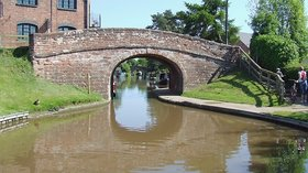 Betton Bridge at Market Drayton, Shropshire (© Roger Kidd [CC BY-SA 2.0 (http://creativecommons.org/licenses/by-sa/2.0)], via Wikimedia Commons (original photo: https://commons.wikimedia.org/wiki/File:Betton_Bridge_at_Market_Drayton,_Shropshire_-_geograph.org.uk_-_1592540.jpg))