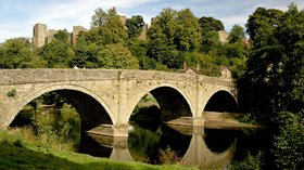 Ludlow bridge (© By Newton2 (talk) (Uploads) [CC BY-SA 2.5 (https://creativecommons.org/licenses/by-sa/2.5)], via Wikimedia Commons (original photo: https://commons.wikimedia.org/wiki/File:Ludlow_bridge.jpg))