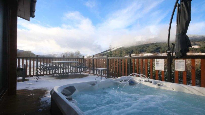Log cabin with hot tub - Balquhidder Braes deluxe log cabin