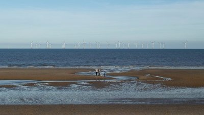 Skegness, beach and windfarm (© © Copyright Rob Farrow (http://www.geograph.org.uk/profile/3546) and licensed for reuse (http://www.geograph.org.uk/reuse.php?id=2687232) under this Creative Commons Licence (https://creativecommons.org/licenses/by-sa/2.0/).)