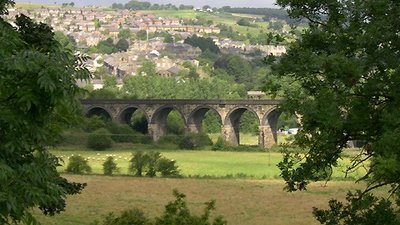 Viaduct and Goyt Valley, New Mills, Derbyshire  (© © Copyright Roger Kidd (https://www.geograph.org.uk/profile/12192) and licensed for reuse (http://www.geograph.org.uk/reuse.php?id=572450) under this Creative Commons Licence (https://creativecommons.org/licenses/by-sa/2.0/).)