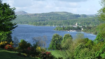 Coniston Water from Monk Coniston (© Mike White [CC BY-SA 2.0 (https://creativecommons.org/licenses/by-sa/2.0)], via Wikimedia Commons (original photo: https://commons.wikimedia.org/wiki/File:Coniston_Water_from_Monk_Coniston_-_geograph.org.uk_-_1739984.jpg))