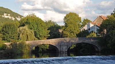 Pont du Nahin, Ornans (© via Wikimedia Commons  (original photo: https://commons.wikimedia.org/wiki/File:Pont_du_Nahin,_Ornans_01_10.jpg))