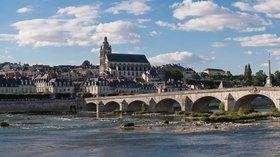 Blois Loire Panorama (© By Diliff (Own work) [CC BY-SA 3.0 (http://creativecommons.org/licenses/by-sa/3.0) or GFDL (http://www.gnu.org/copyleft/fdl.html)], via Wikimedia Commons (GFDL copy: https://en.wikipedia.org/wiki/GNU_Free_Documentation_License, original photo: https://commons.wikimedia.org/wiki/File:Blois_Loire_Panorama_-_July_2011.jpg))