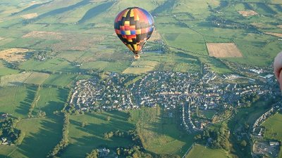 Flying High over Biggar close to the caravan site (© © Copyright Nigel Pacey (https://www.geograph.org.uk/profile/4850) and licensed for reuse (http://www.geograph.org.uk/reuse.php?id=116362) under this Creative Commons Licence (https://creativecommons.org/licenses/by-sa/2.0/).)