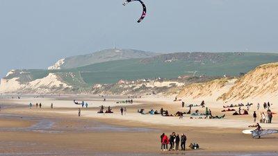 In the region Nord-Pas-de-Calais: Kite surfer on the beach of Wissant (© © Raimond Spekking/, via Wikimedia Commons (GFDL copy: https://en.wikipedia.org/wiki/GNU_Free_Documentation_License, original photo: https://commons.wikimedia.org/wiki/File:Kite_surfer_on_the_beach_of_Wissant,_Pas-de-Calais_-8037.jpg))