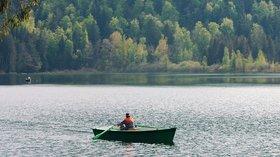Peche lac bonlieu (© By Bonneville (Own work) [Public domain], via Wikimedia Commons (original photo: https://commons.wikimedia.org/wiki/File:Peche_lac_bonlieu.JPG))