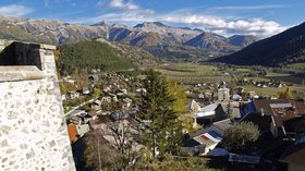 Seyne les Alpes (© By No machine-readable author provided. GABILLET assumed (based on copyright claims). [GFDL (http://www.gnu.org/copyleft/fdl.html) or CC BY-SA 3.0 (http://creativecommons.org/licenses/by-sa/3.0)], via Wikimedia Commons (GFDL copy: https://en.wikipedia.org/wiki/GNU_Free_Documentation_License, original photo: https://commons.wikimedia.org/wiki/File:Seyne_les_Alpes.jpg))
