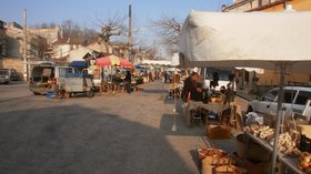Thursday market: Marché de La Bastide de Sérou (© By Efca Prod (Self-photographed) [CC BY-SA 3.0 (http://creativecommons.org/licenses/by-sa/3.0)], via Wikimedia Commons (original photo: https://commons.wikimedia.org/wiki/File:March%C3%A9_de_La_Bastide_de_S%C3%A9rou.jpg))